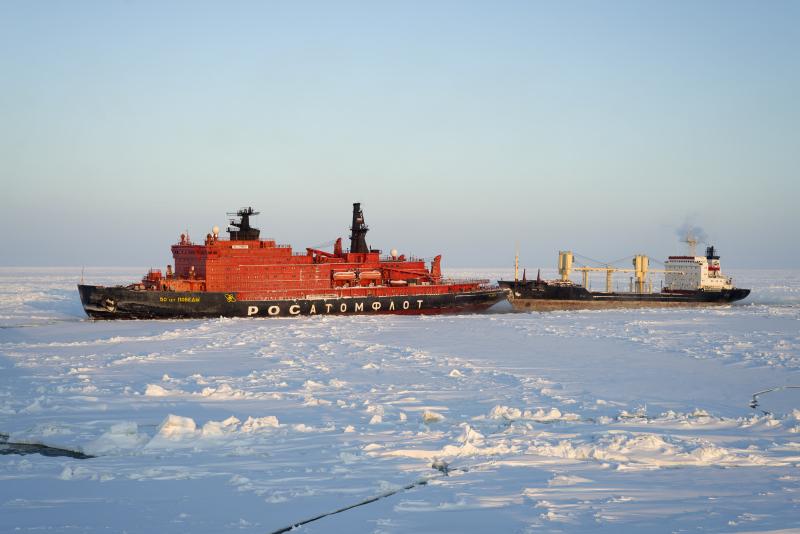 Brise-glace à propulsion nucléaire russe, plus grand et plus puissant brise-glace au monde après l'Arktika, escortant le cargo Yamal Irbis en mer de Kara